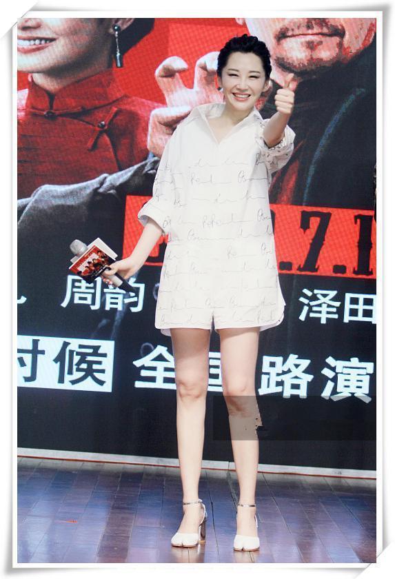 蒋雯丽49岁,许晴也49岁,二人同穿衬衫裙,竟一个少女,一个阿姨