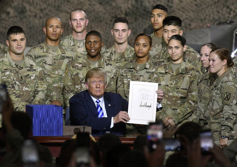 """美国总统签字笔_特朗普签署""""国防授权法案"""",炫耀美军""""有钱了""""_美国总统"""