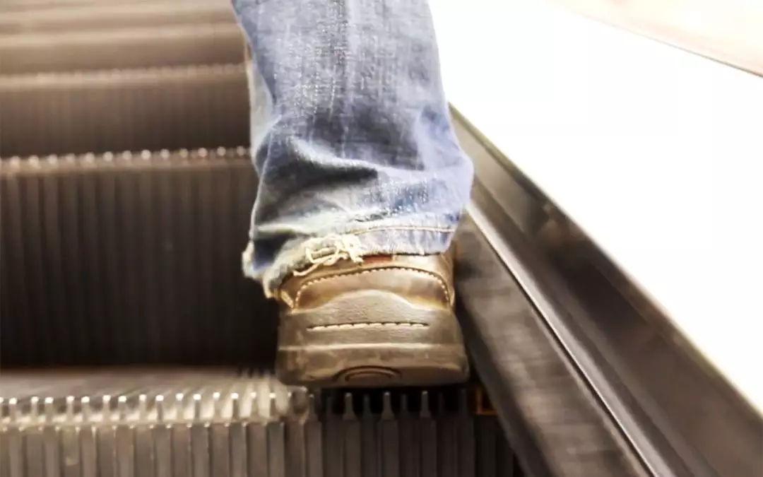 自动扶梯两侧的毛刷是用来做什么的 自动扶梯安全毛刷有哪些小细节?