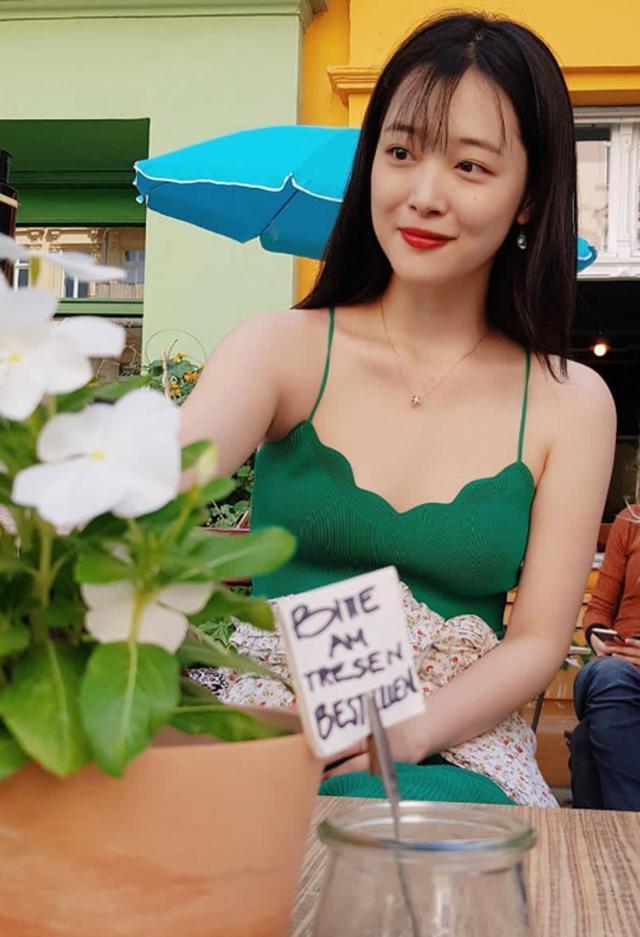 一千多的吊带裙,24岁崔雪莉穿出性感,21岁沈月却靠少女感撑场面