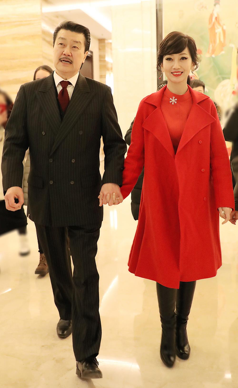 64岁赵雅芝要转型?活动上穿一身红依旧惊艳,不过是换了个美法