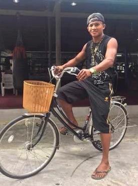 农村出身的泰拳王播求,36岁为何还没有老婆?骑车逛街不炫富!