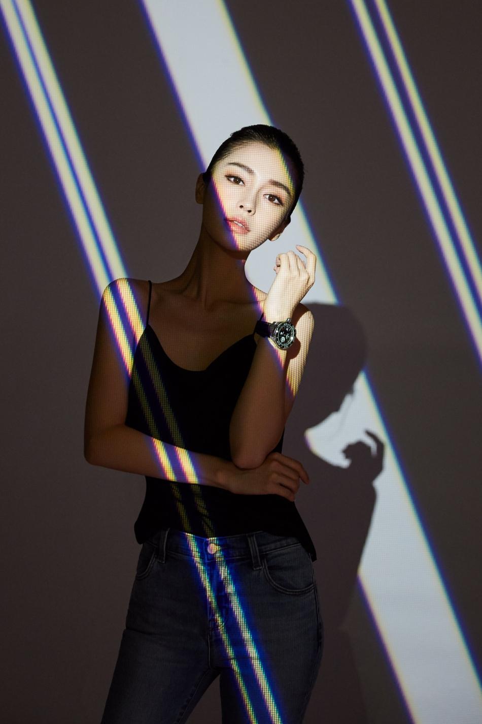 Angelababy穿吊带曲线窈窕 时尚娱乐 图2