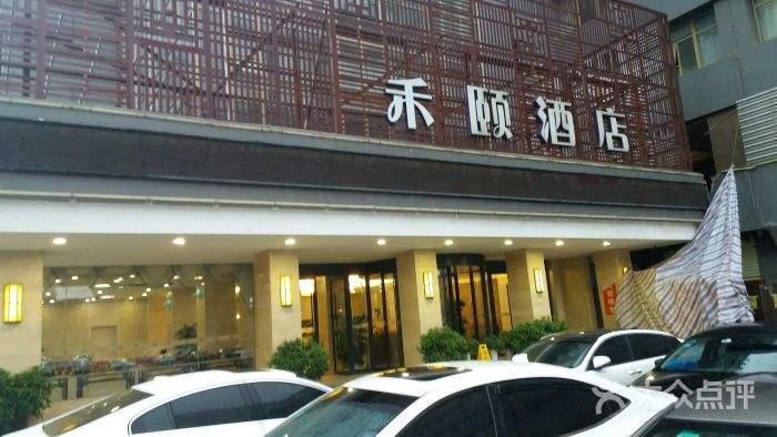 情侣入住武汉酒店顶楼房间,半夜发现窗外有人偷拍