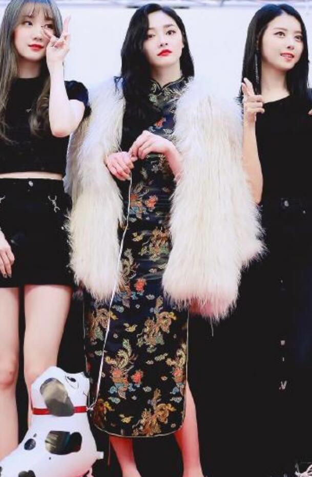 程潇和周洁琼同穿旗袍,身材差距太明显!网友:没有对比就没伤害