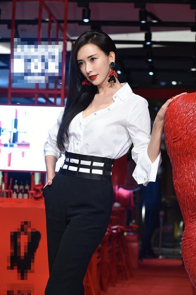 43岁林志玲终于不扮嫩了 低胸白衬衫搭配西裤很禁言