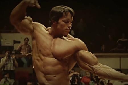 阿諾扮成健身教練,吼跑步男:別像個小孩一樣,這里是黃金健身房