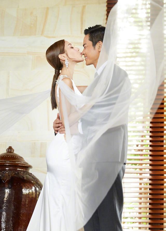 不愧是香港小姐冠军!27的陈凯琳穿白婚纱美,换上白裙照样很迷人
