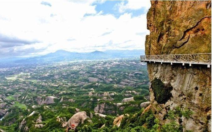 中国这景区最有良心,百米悬崖上小店上货要攀岩,矿泉水才卖2元
