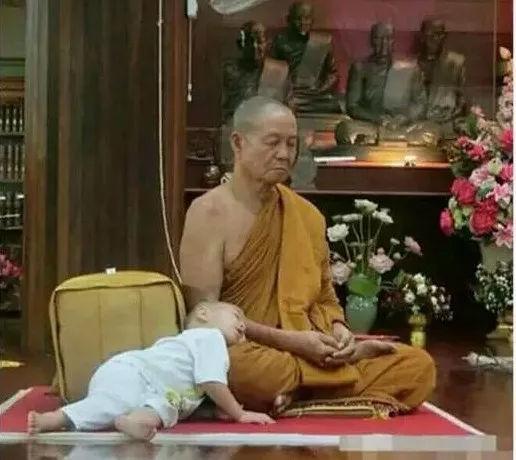 泰國3歲小和尚,靠打瞌睡火遍全世界!-華夏娛樂360
