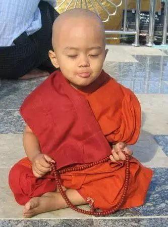 泰國3歲小和尚,靠打瞌睡火遍全世界!