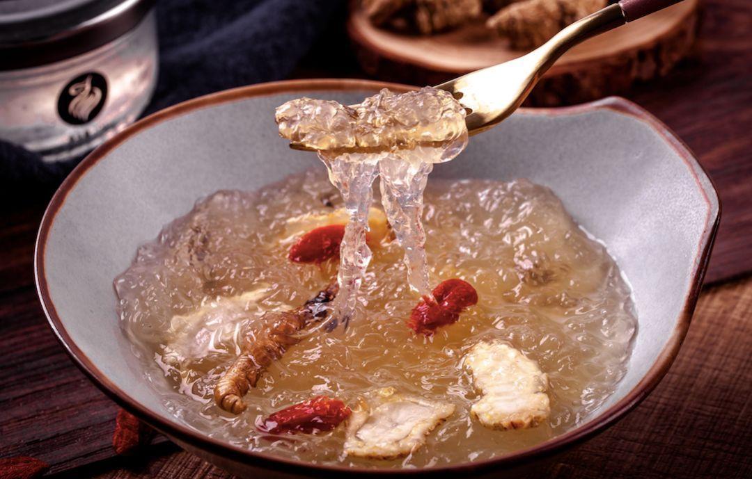用西洋参,枸杞泡水,然后倒入鲜炖燕窝,加入蜂蜜调味,适合经常熬夜的