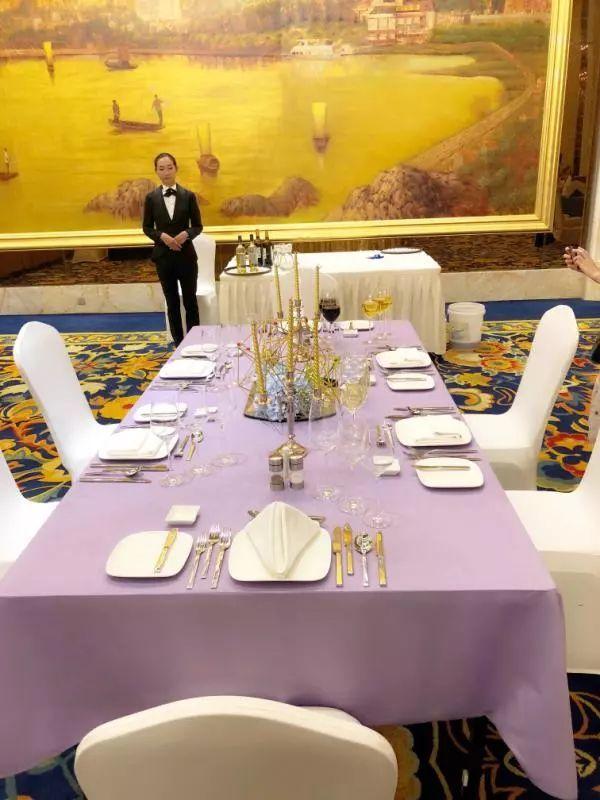 """正文  西餐服务项目  【紫金之约】 以""""紫金之约""""为主题的西餐摆台图片"""