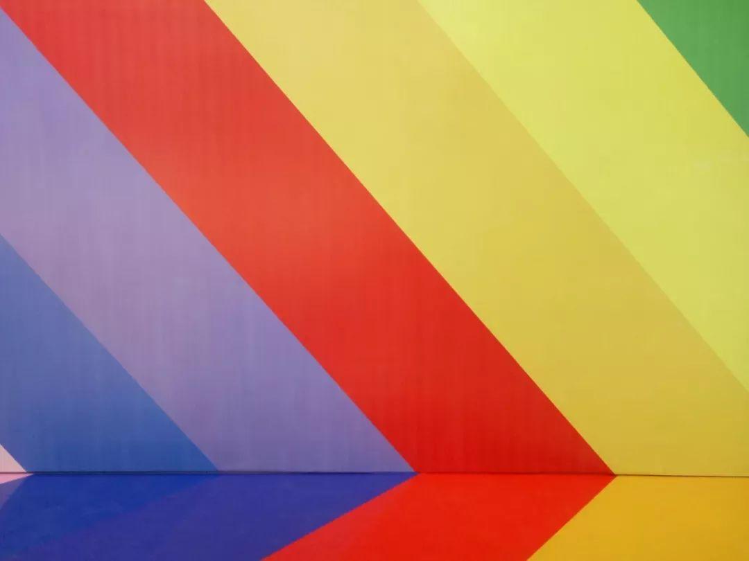 用_大胆明快的用色,极简概念的线条和几何图案,好像每一幅墙面都是有故事