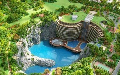 日本人在中国留下80米深的坑,中国三两年时间改建成世界奇观