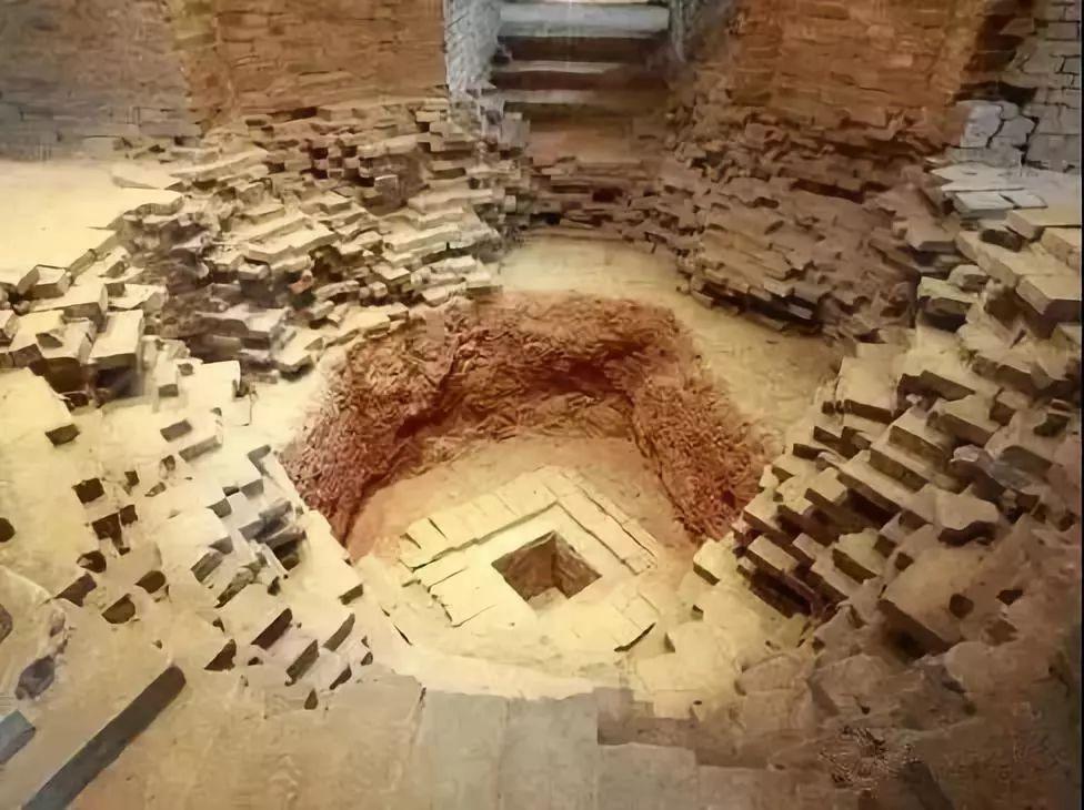 当考古人员费尽力气把1500斤重的大石头挪开时,首先看到的是石盖板上