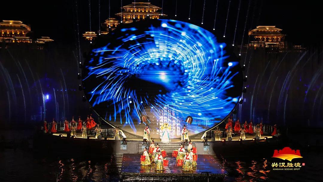 现代汉�z(�X[_0个观众席位,200多名演员在汉源湖水面上倾情表演,加之配合现代高科技