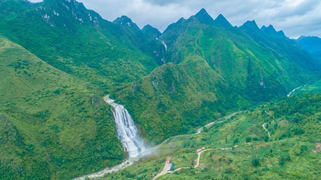 安顺到黄果树有多远_贵州有个瀑布挂在大山上,比黄果树高5倍,关键是还免费_滴水