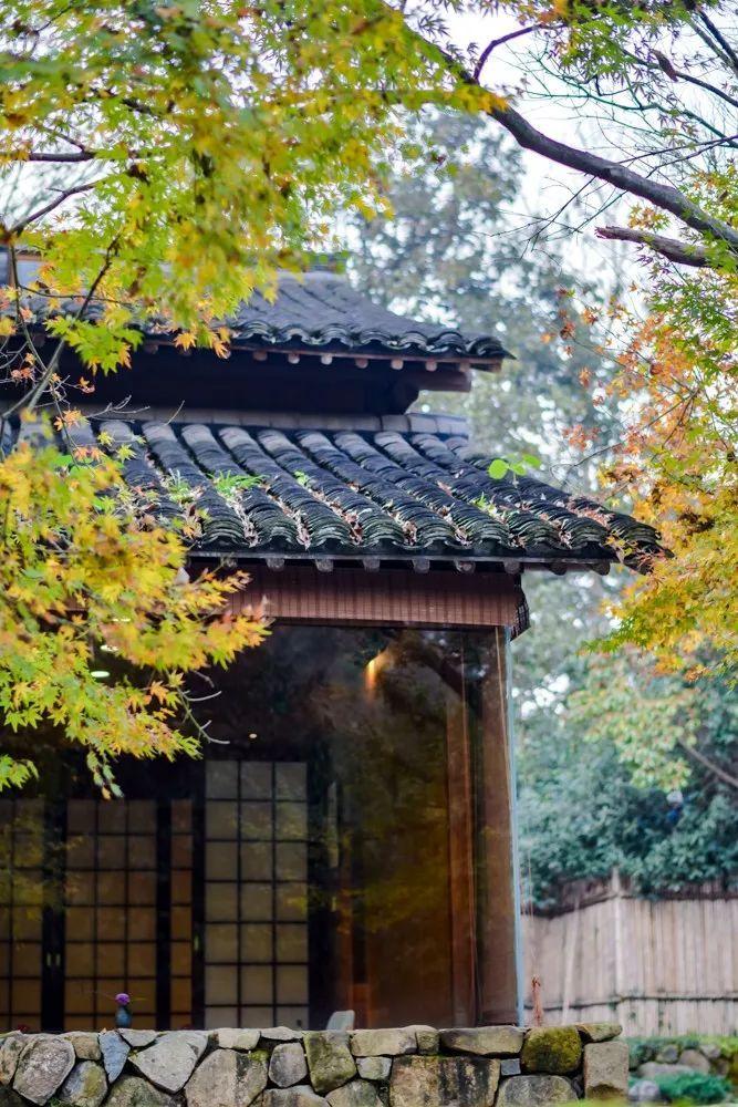 在这家像极了京都的酒店,住榻榻米泡私汤,还能品尝杭城顶级的怀石料理