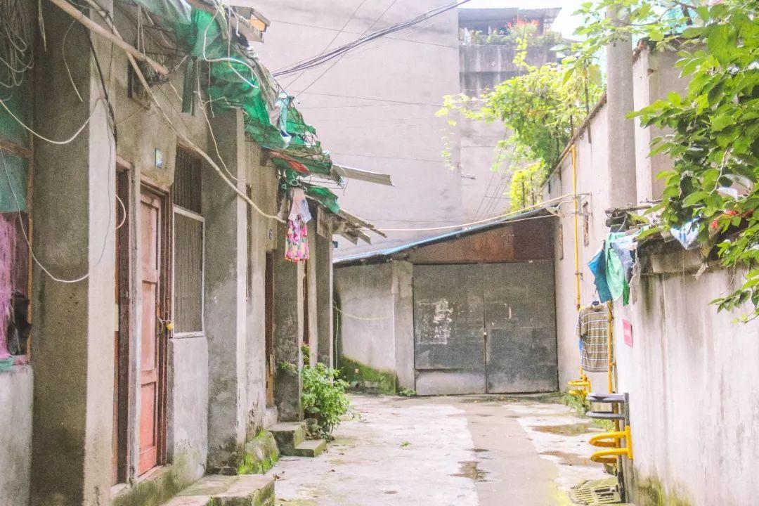 童年记忆中的破旧凳子_包家巷,记忆中的老巷子。_成都