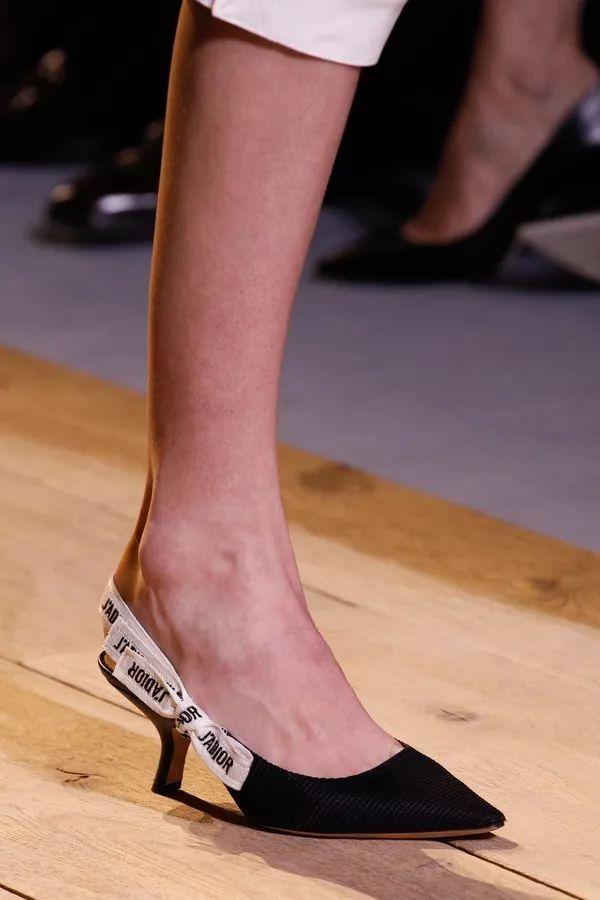 奥黛丽赫本的极致优雅,猫跟鞋功不可没!