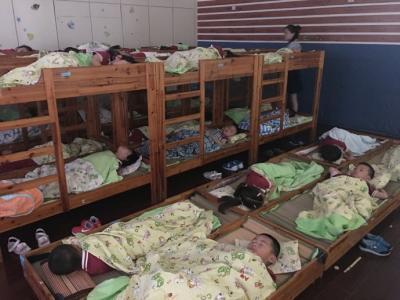 幼儿园午休男孩挨着女孩睡,监控拍下这样的