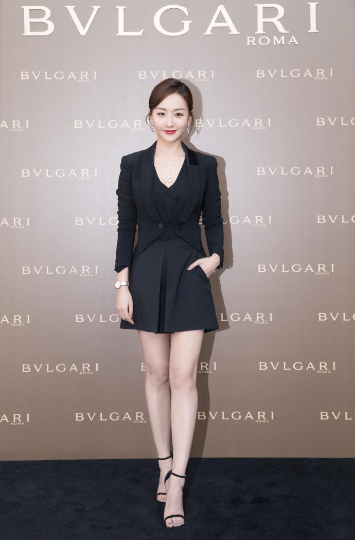 郁可唯穿西装还能清凉秀腿?纵观时尚圈里这样穿的还不止她一人