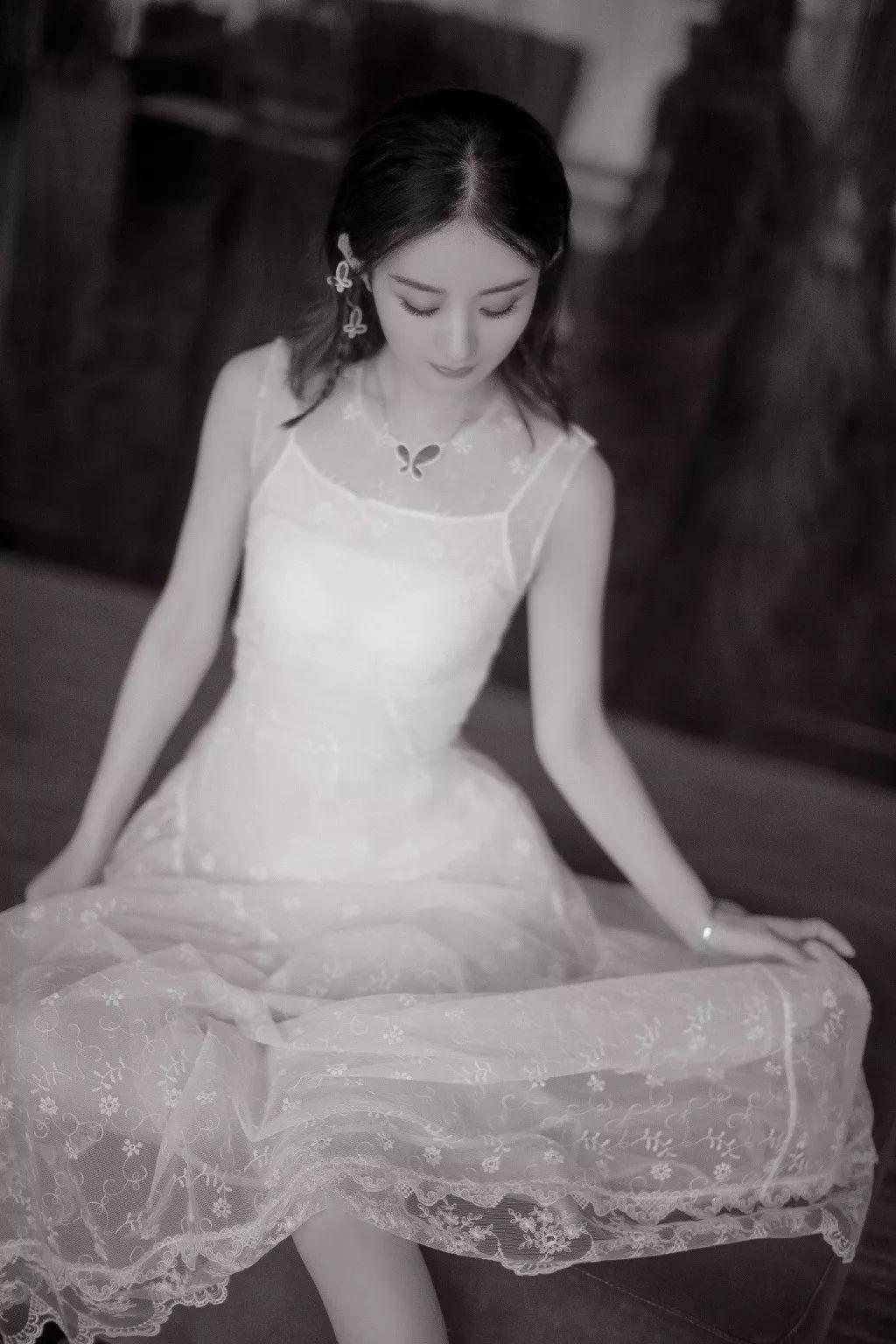 赵丽颖半遮半露玩性感,却和女主持撞白裙,最后凭借一个细节完胜