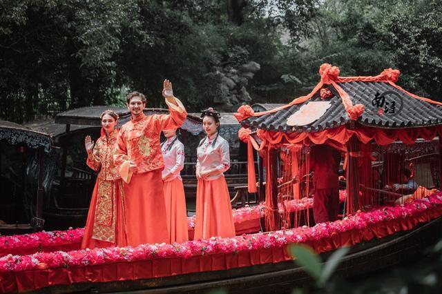 别开生面的水乡婚礼,25对国际友人身穿中式吉服碰撞出别样火花