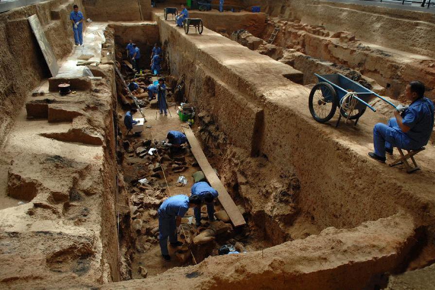 秦始皇陵挖出一具巨人俑