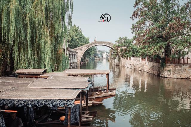 去威尼斯必坐贡多拉,那么乘摇橹船徜徉江南水乡又是一种什么体验