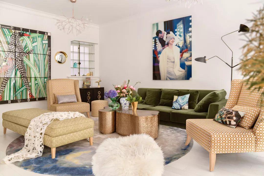 白墙绿沙发客厅