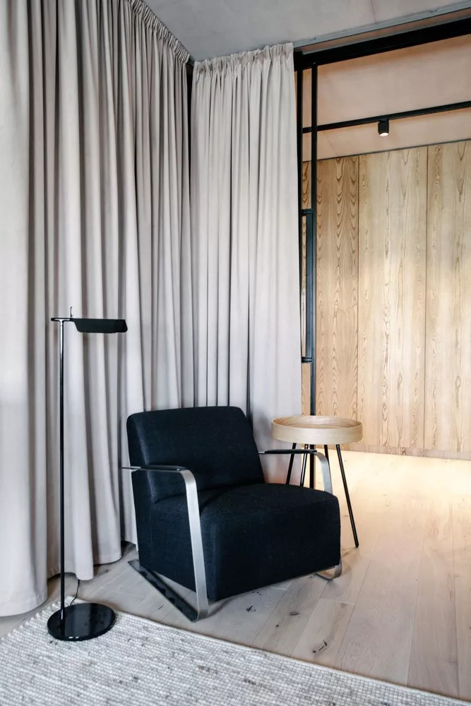 玻璃门隔开 具有良好的采光和通风    木制的餐桌 在黑色边框与顶部的