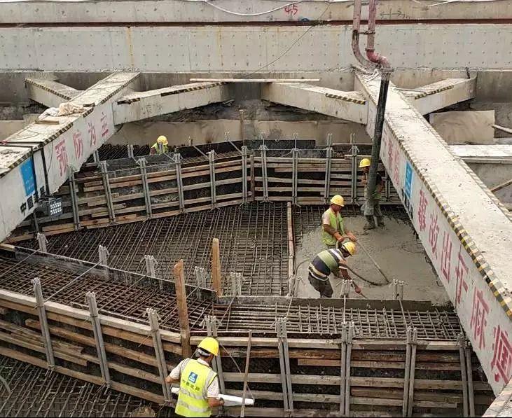 市民健康中心站位于红岛高新区双积路(g228)下方,总长为212m,标准段宽19.8m,车站标准段基坑深度为17.11m,扩大端基坑深度18.36m,为地下两层岛式站台车站,采用双跨矩形地下现浇框架结构明挖法施工,车站两端区间均采用盾构法施工.图片