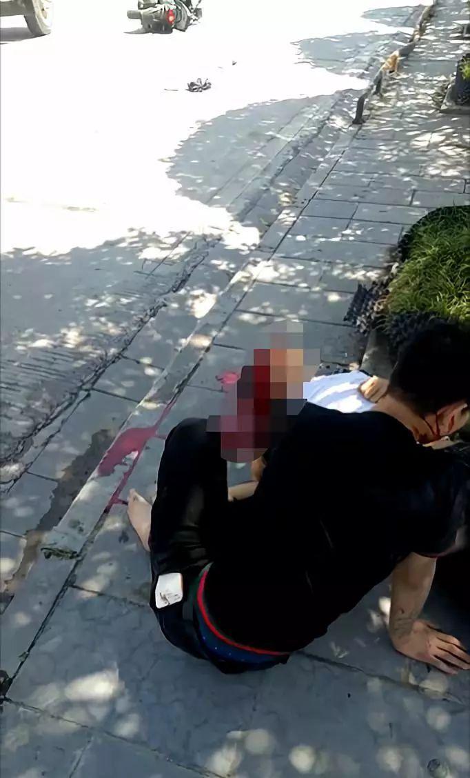 【网友爆料】来凤喳西泰发生惨烈车祸,一男子吐血不止