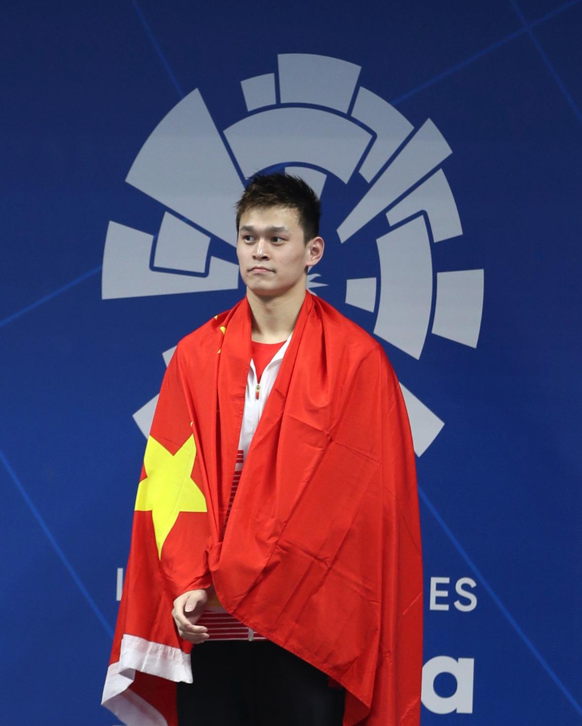 用国旗遮挡品牌 孙杨800米自夺冠领奖服再惹争议