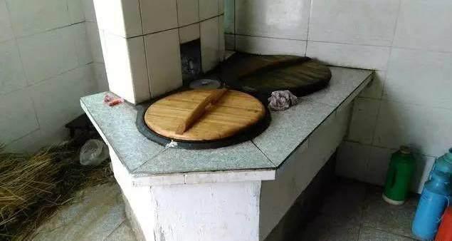 厨房是农村传统的土灶,就是烧柴火的那种,做出来的饭菜可香啦,儿子图片