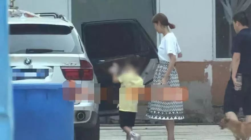 该报道称,该女子不仅拥有工作室大门的钥匙,中途去了宝强家中脱下