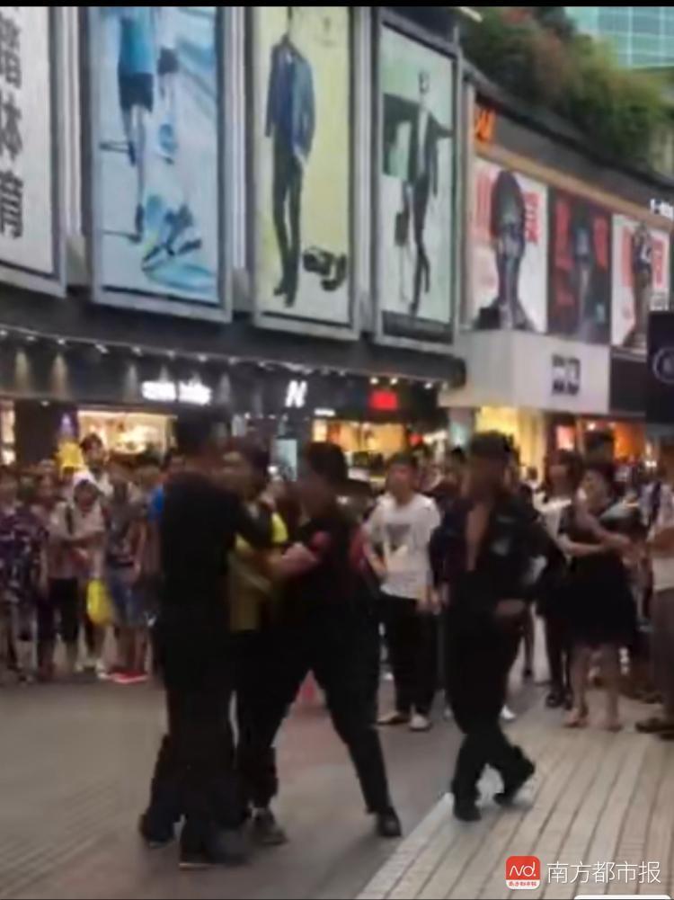 外卖员骑车违规进入深圳东门步行街 与市容劝导员互殴