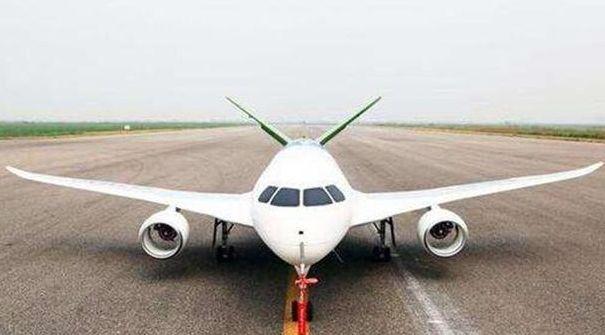 央视曝光一幅画面,我军机场内出现一架新战机,或领先西方十年