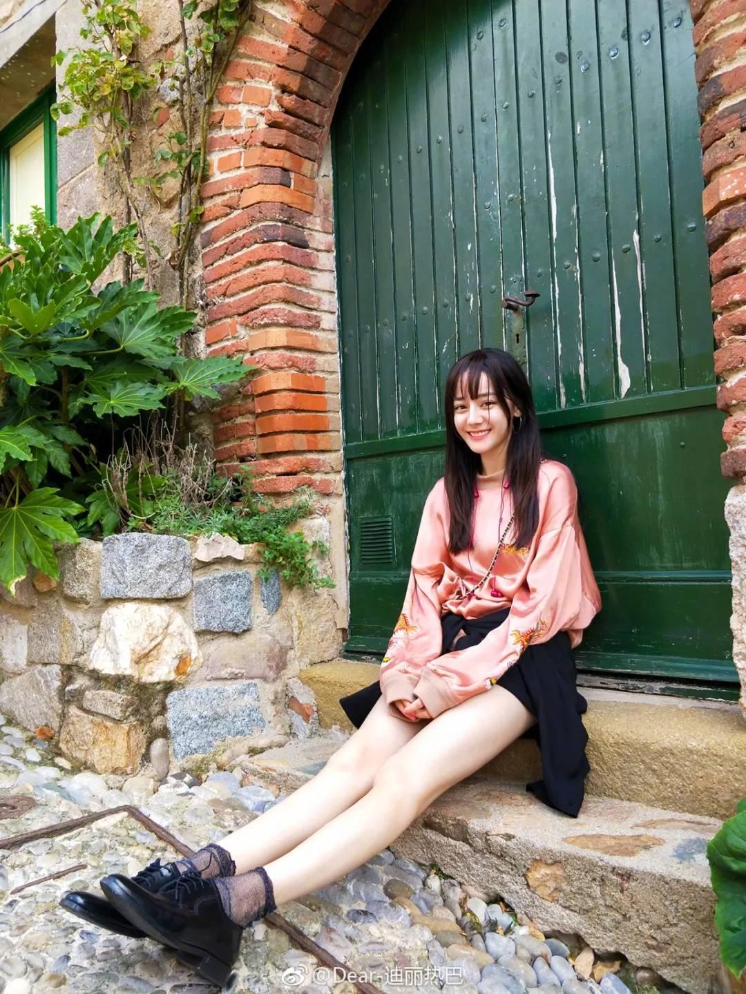 迪丽热巴变身橘子女孩,阳光下依然白皙闪耀图片