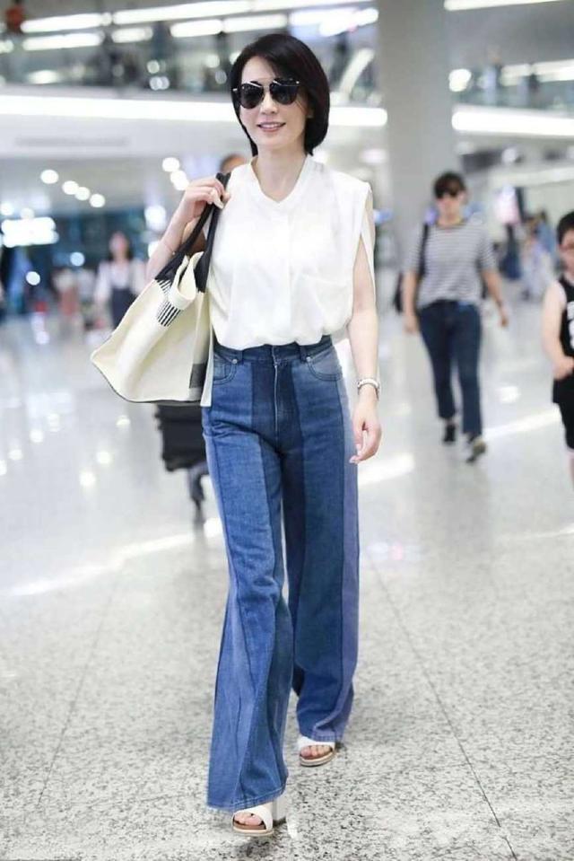 当43岁贾静雯和47岁俞飞鸿同穿白衬衫,终于见识了真正的逆龄女神