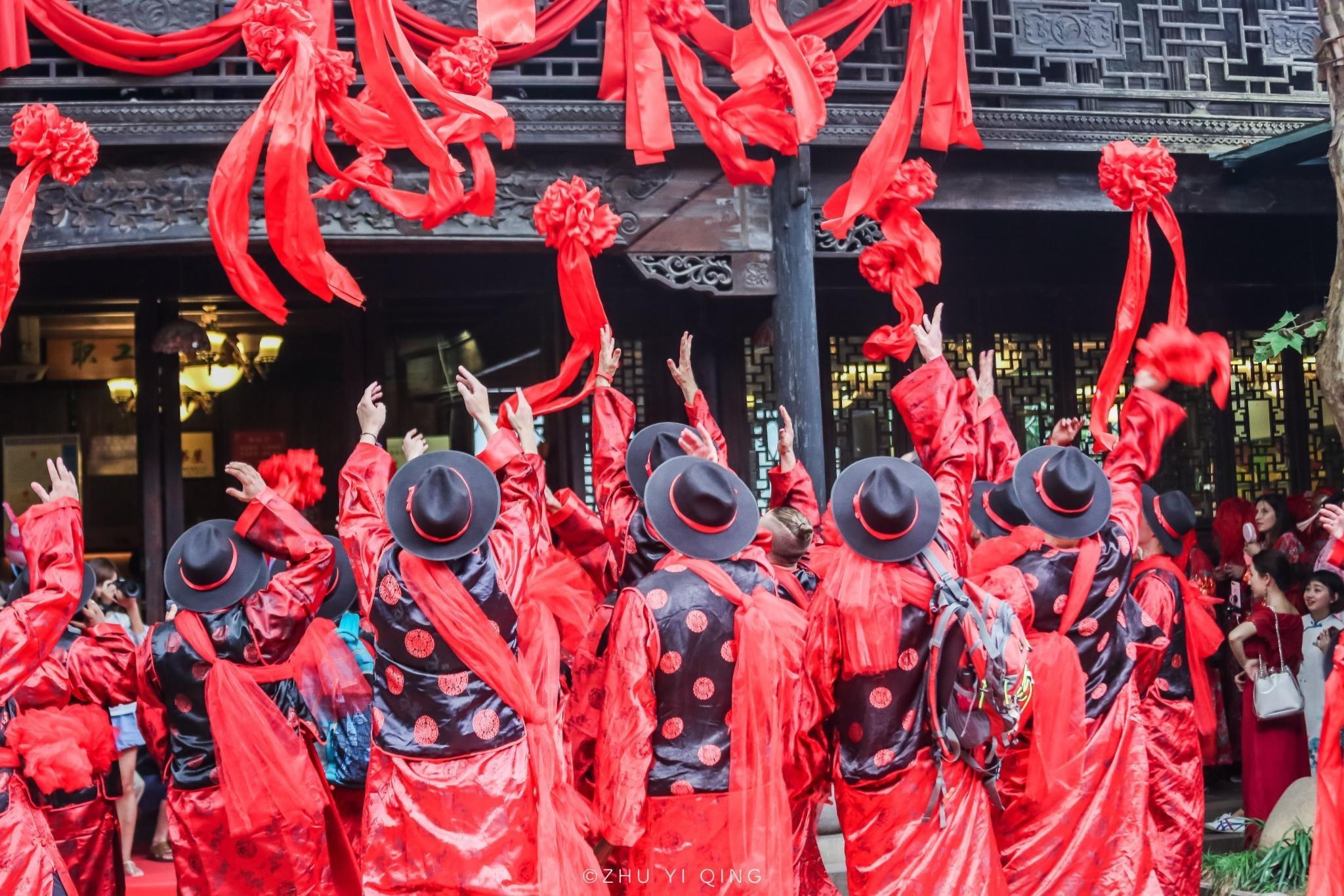 老外也爱中华文化,在南浔看25对外国人集体办中式水乡婚礼