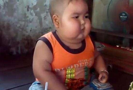 世界巨胖_5岁小孩体重高达50公斤, 每天要吃15碗饭, 送医院检查后母亲感到 ...