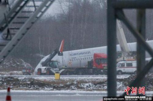 俄罗斯一架载有202名乘客客机因发动机起火迫降图片