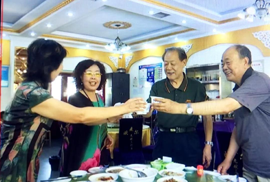 """新疆昌吉市特色美食""""九碗三行子""""迎古尔邦节商机 备受游客青睐"""
