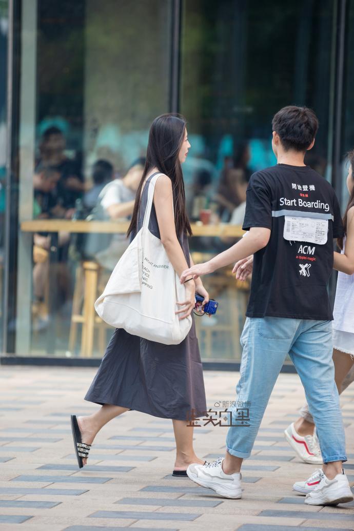 街拍:大v领针织衫配修身牛仔,高挑性感的身材,让美女脱颖而出!