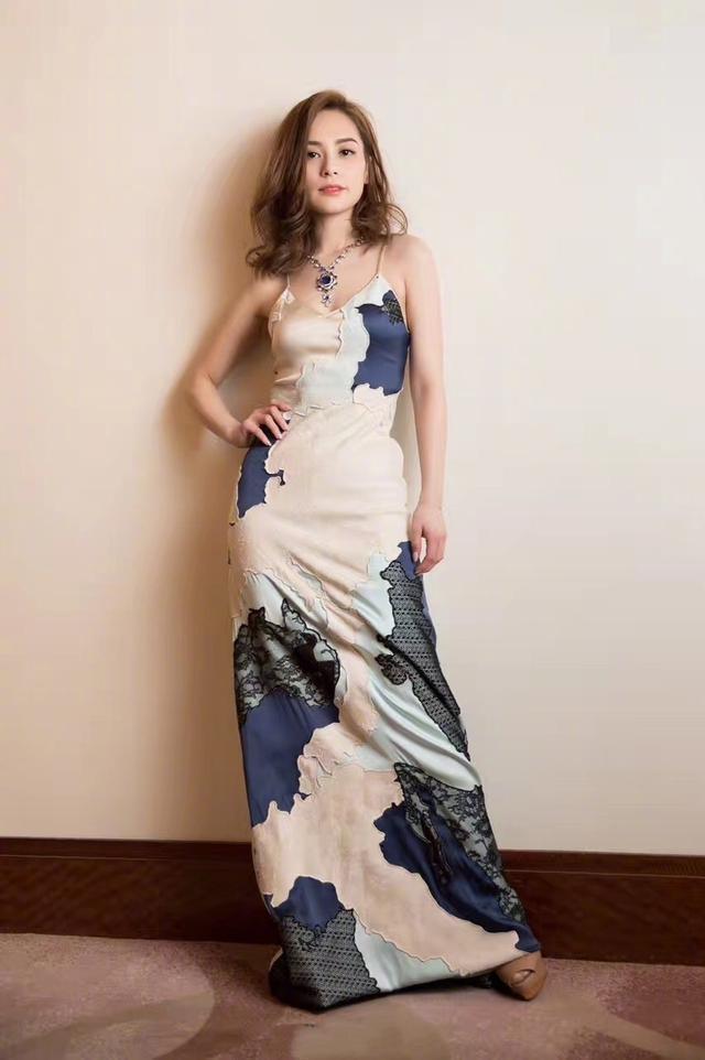 婚后的阿娇愈发时髦了,用大V领印花裙把自己穿成了小腰精,会玩