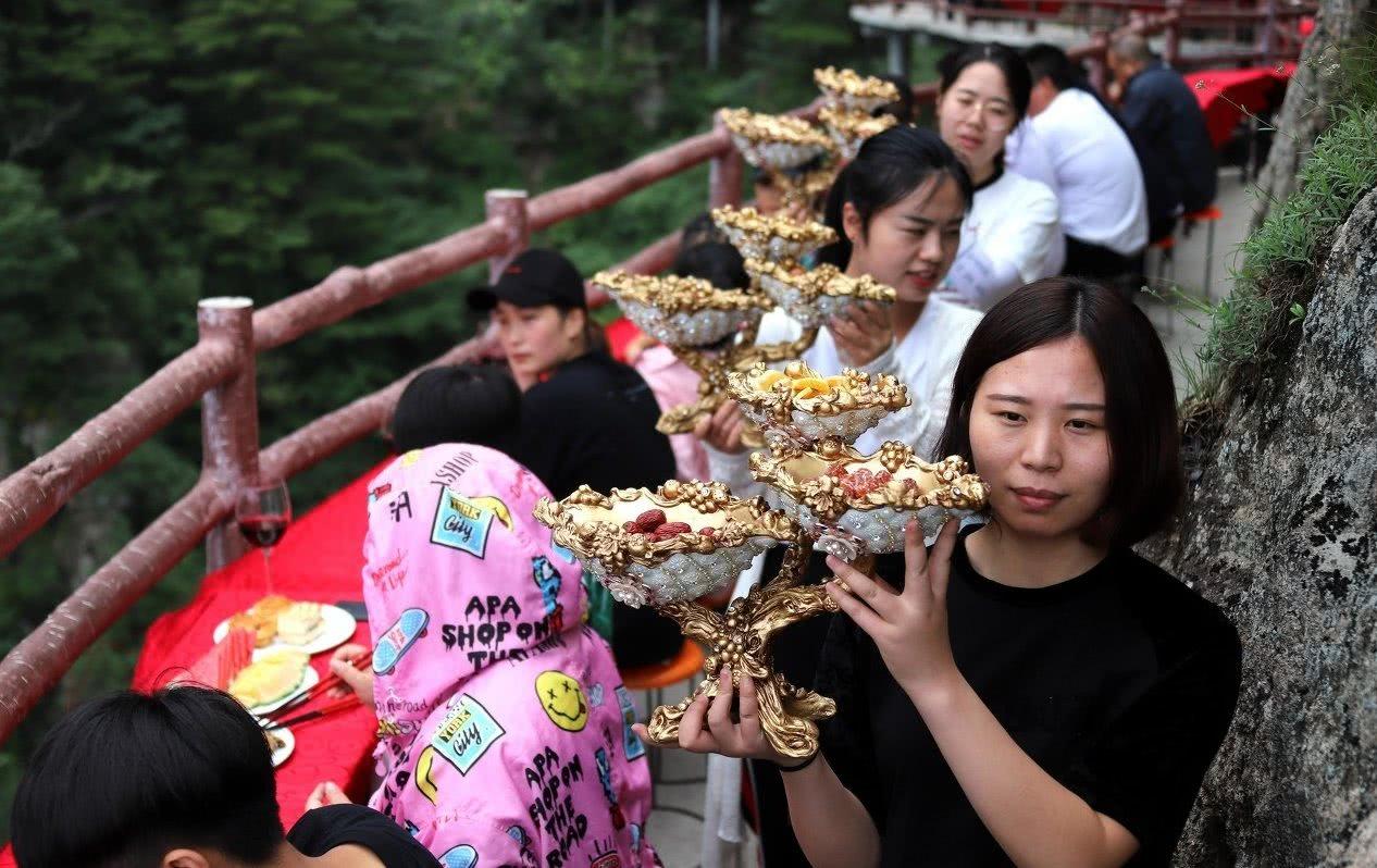 河南这景区就是有钱,2000米悬崖摆600米免费盛宴,好像神仙聚餐