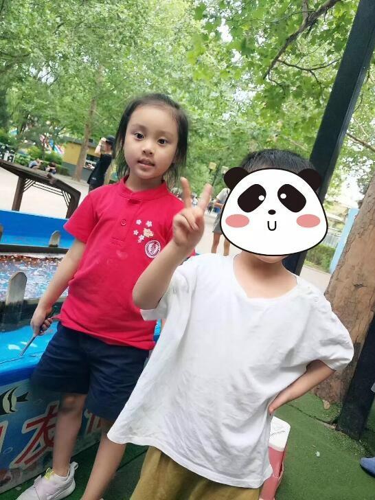 贾乃亮带女儿游玩很惬意 甜馨脸上肉嘟嘟萌翻网友